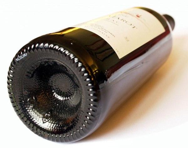 Почему у винных бутылок углубленное дно Углубление, называемое пунтом, изначально делали для устойчивости бутылки. Если бы ее дно было плоским, то любая неровность заставляла бы бутылку