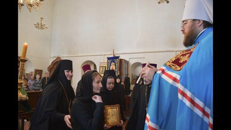 Митрополит Игнатий за всенощным бдением благословил послушниц на ношение подрясников
