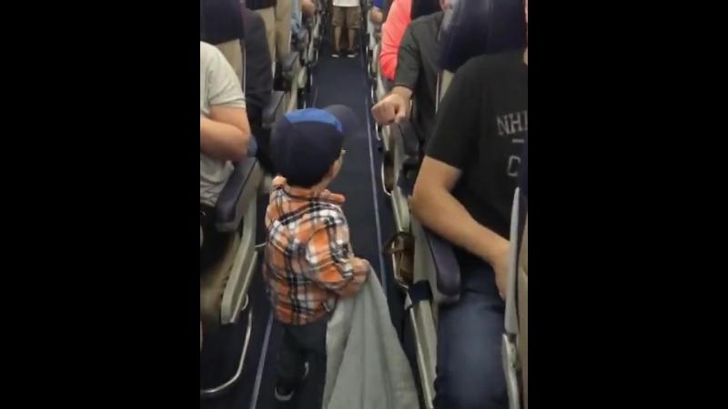 Пацан прощается с пассажирами в самолёте