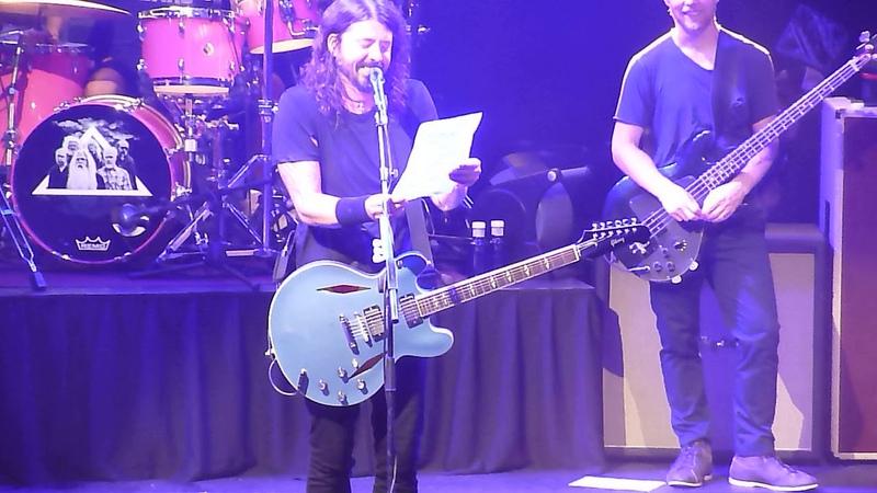 Dave reads a fan letter Foo Fighters Barcelona 16 9 17