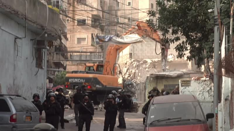 Les forces terroristes israéliennes démolissent des magasins palestiniens dans le camp de réfugiés de Jérusalem Est