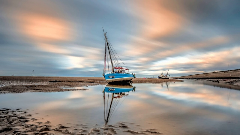 Картинка корабль. Море, облака, небо, лодка, отлив, берег.