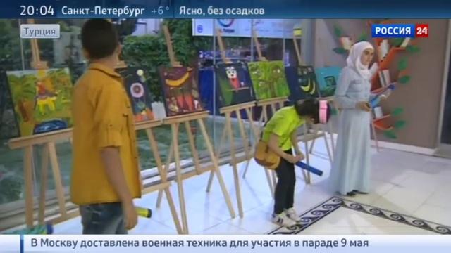 Новости на Россия 24 • Меркель и Туск посетили потемкинскую деревню для беженцев