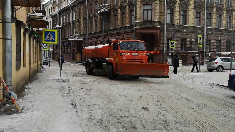 Чистят улицу Блохина на Петроградке, завидую!