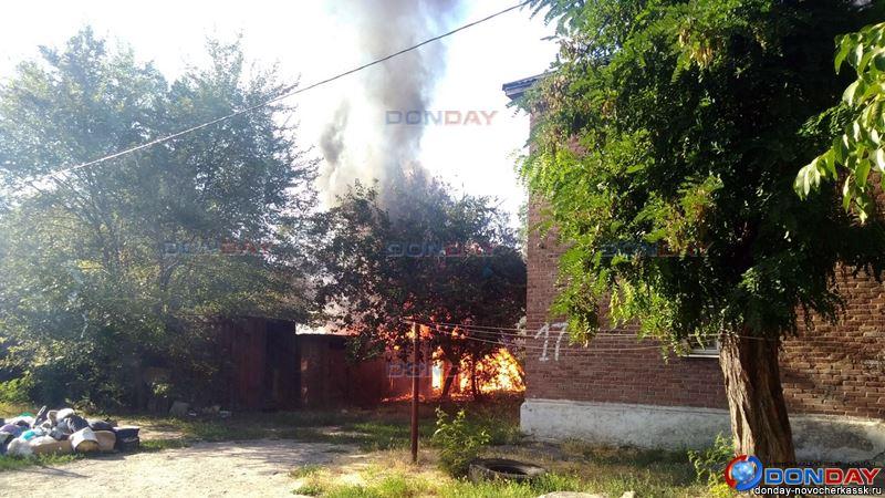 На улице Спортивной в Новочеркасске сгорели хозпостройки, видео