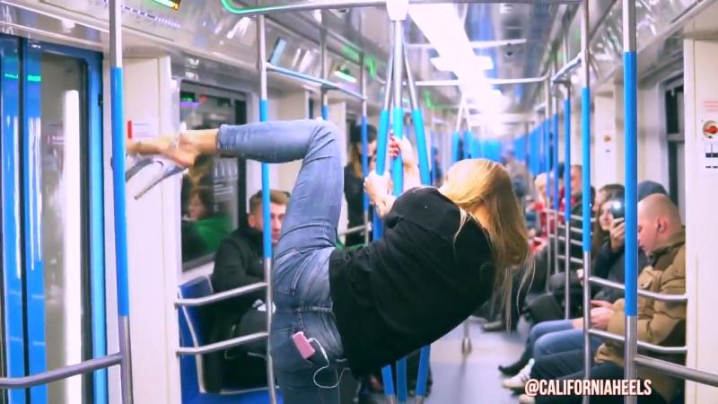 Красивая девушка в стрипах танцует в метро Pole Dance Стрип пластику