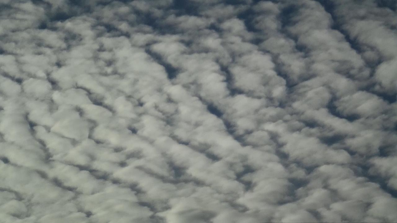 Высококучевые облака (лат. Altocumulus, Ac) — белые, сероватые или синеватые облака в виде гряд, состоящих из пластин или хлопьев, которые могут сливаться в сплошной покров. Образуются на высоте от 2 до 6 километров. Состоят в основном из переохлажденных капелек воды радиусом 5—7 мкм с колебаниями от 3 до 24 мкм. Сквозь тонкие края высоко-кучевых облаков просвечивают Солнце и Луна, вокруг них часто наблюдаются венцы. Сквозь уплотнения просветов нет или они очень слабые. Из высоко-кучевых облаков могут выпадать осадки в виде отдельных капель дождя или снежинок.