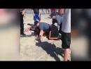 Полицейский на пляже избил девушку в бикини на глазах у её дочки..mp4