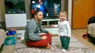 Niloya izlemek için babasıyla televizyon kavgası eden bebek