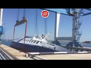 Прогулочное судно Горгиппия чуть не сделало сальто при спуске на воду в морском порту Анапы