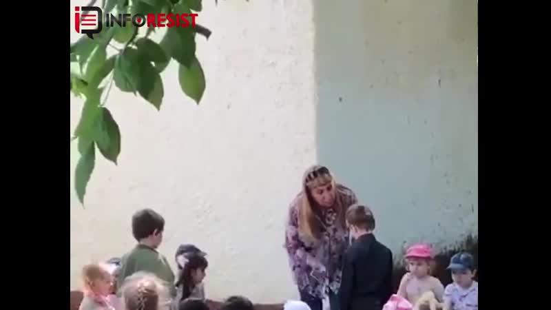 Тварь, на колени встал! На Росії завідуюча дитсадком змусила дитину на колінах цілувати «руську» землю