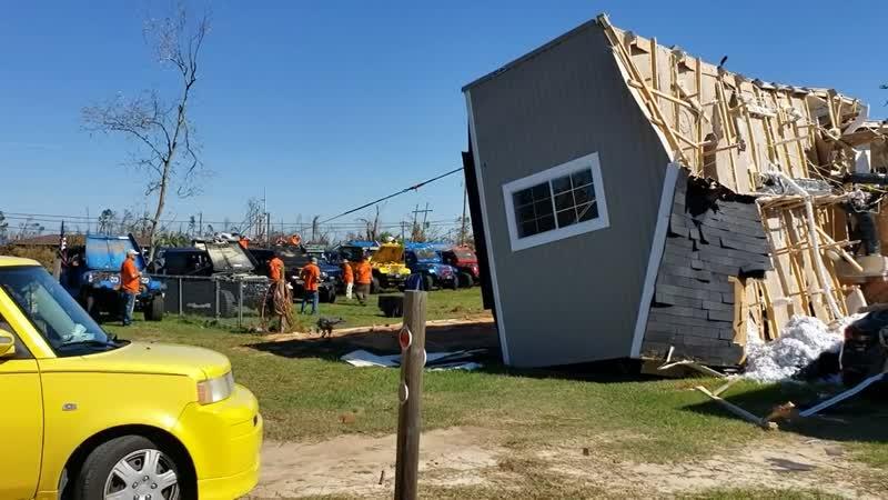 Джиперы помогли перевернуть дом после урагана