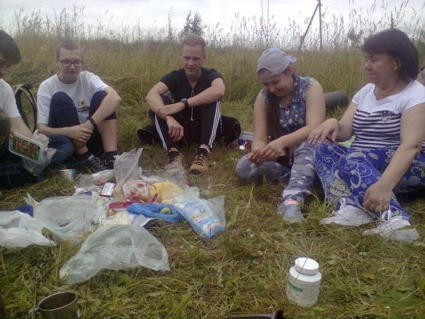 Дима открывает нарезанную колбаску  ©Мария Куница https://vk.com/id5974921