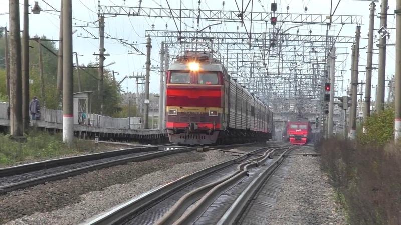 Электровоз ЧС2Т 1033 с поездом №078 Санкт Петербург Воркута и с приветливым помощником