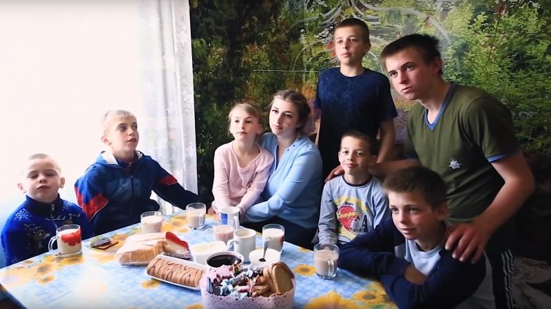 20-летняя девушка заменила маму шестерым братьям и сестре