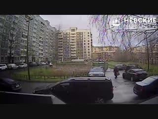 В Приморском районе неаккуратный водитель разбил припаркованную иномарку