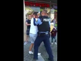 Schaut euch die nachfolgenden Minuten einer versuchten Festnahme durch die Polizei an. Sie werden von Ausländern in aller Öffent