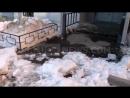 Глыбы льда падают с крыши