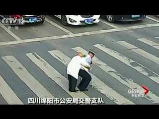 Police_gives_piggyback_to_elderly_man_struggling_to_cross_busy_road_in_china_(moscatalogue.net)