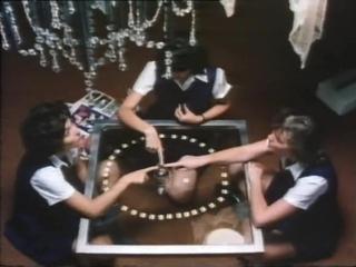 Школьницы устраивают сеанс общения с духами (Отрывок из фильма