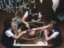 Школьницы устраивают сеанс общения с духами (Отрывок из фильма День рождения Элисон )
