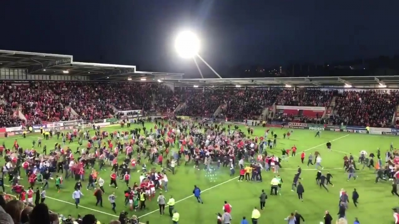 Фанаты выбежали на поле с финальным свистком.