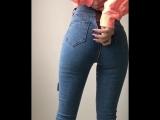 Школьница купила новые джинсы с молнией сзади и решило показать трусики и попу