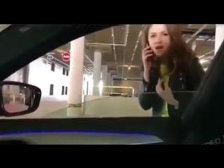 Да нахер ты нужна, от машины отойди.