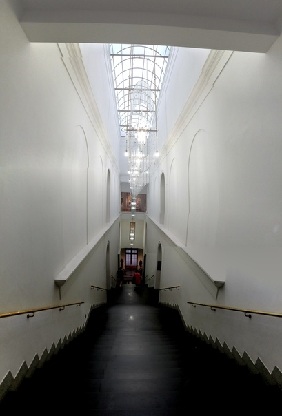 Экстерьер лестницы. Какие же тут клёвые люстры.  23 июня 2018