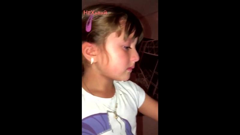 Няня не дала вкусняшку и она маме отправляет сообщение, что её обижают.mp4