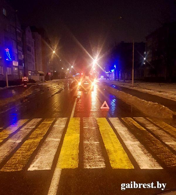 В Лунинце на нерегулируемом пешеходном переходе сбили девушку