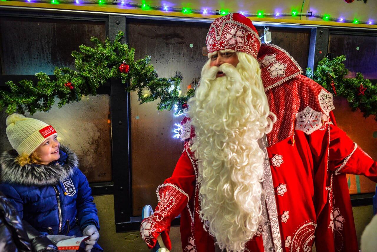 ><br> <br> <em> </em>Ребят в поездке по празднично украшенному городу сопровождали и сказочные персонажи с костюмированным театрализованным представлением.</p> <p>Бесплатные билеты на поездку в «Волшебном автобусе» можно получить в Резиденции Деда Мороза на Советской площади ежедневно с 12.00 до 15.00 с  18 декабря по 10 января включительно (31 декабря и 1 января – выходной). Для этого нужно поучаствовать в новогодней бесплатной лотерее, прочитать Деду Морозу стихотворение или спеть любимую песенку.  Время отправления с ул. Почтовая, д. 11: 15.30, 17.00, 18.30. </p> <p><em><img style=