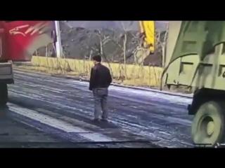 Вышел под фуру и фура убила (vk.com/fixter)