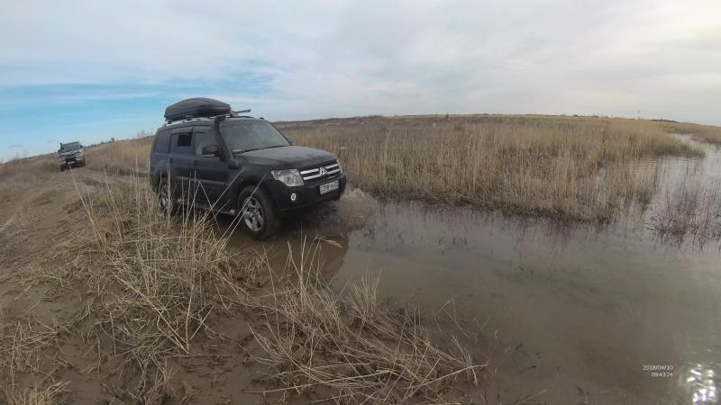 паджик через лужу по дороге на Дельту