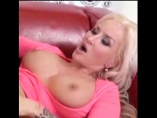 Грудастую блондинку трахают на кожаном диване (кончает оргазм секси masturbate orgasm sexy erotic) #киска #дрочит #мастурбирует
