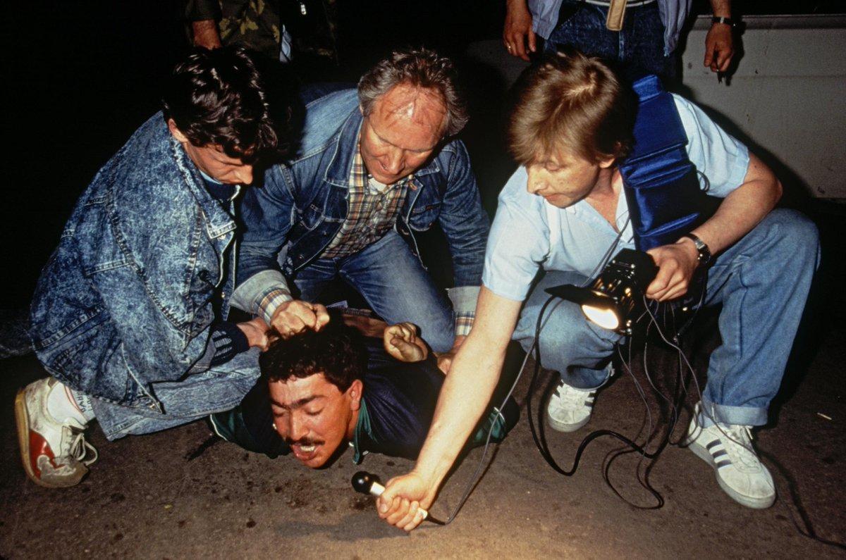 Репортер берет интервью во время задержания члена этнической мафии. Россия, Москва, октябрь 1991 год