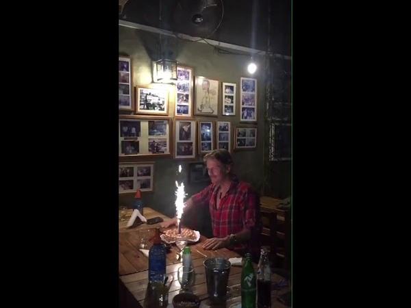Facundo Arana soplando la vela de su tarta de cumpleaños