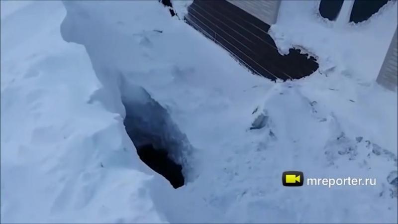 Снегом до второго этажа замело дома в Северо-Курильске