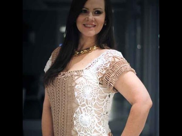 Blusa nude e branca em crochê de grampo Helen Mareth