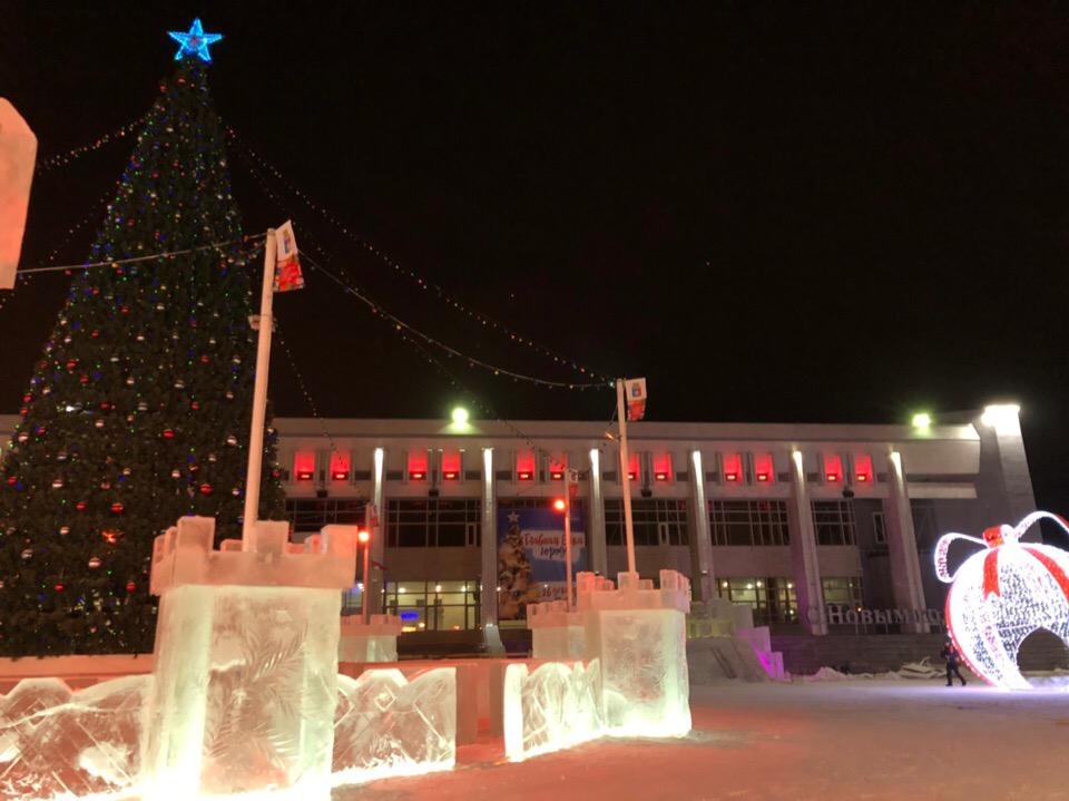 Завершается строительство ледяного городка у КСК