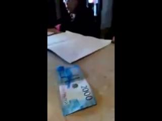 Купюра в 2000 рублей вызвала у официантки истерику