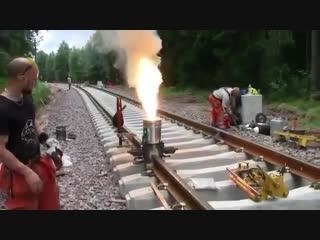 Термитная сварка рельс на железной дороге.