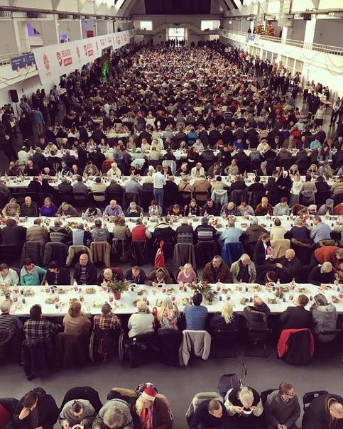 Это рождественский ужин на 1000 персон, организованный в Познани для бедных и одиноких благотворительной организациeй Caritas Poznań Каритас (милосердие) название 154 национальных католических