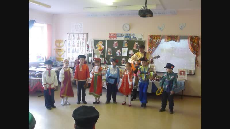 Моя доченька поет частушки с одноклассниками! 1й-в класс - первое выступление в своем классе на День народного единства.
