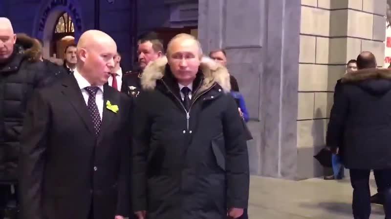 Путин посещает выставку в Питере. любимец народа идет в окружении десятка мордоворотов.