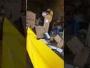 Flagra de funcionário dos Correios jogando encomendas