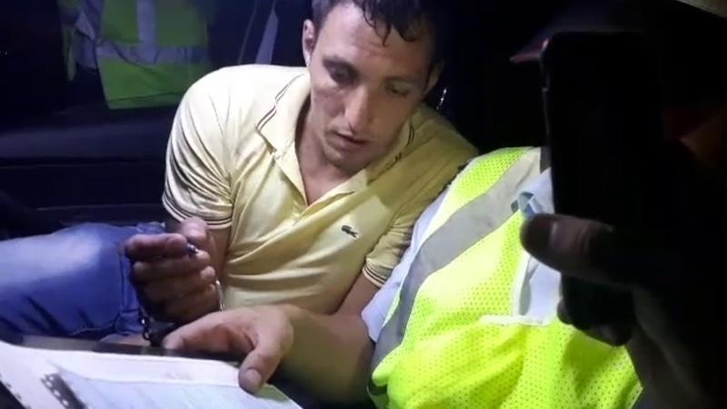 Нетрезвый водитель пытался снять штаны в полицейской машине