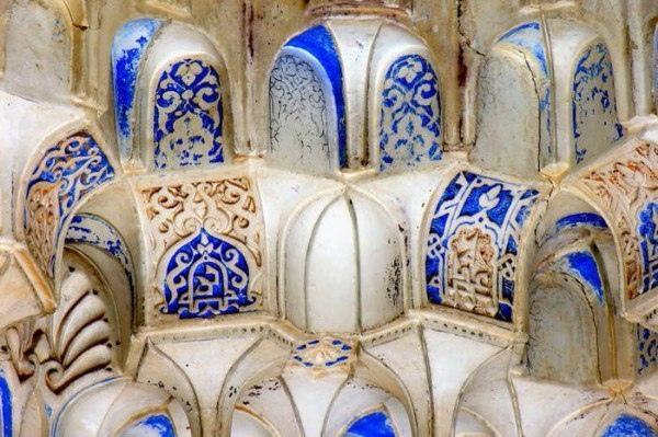 дворец альгамбра, окутанный тайнами и легендами. дворец альгамбра—легендарный дворцовый ансамбль, построенный гранадскими эмирами на юге испании. мавры покинули замок по воле аллаха, который