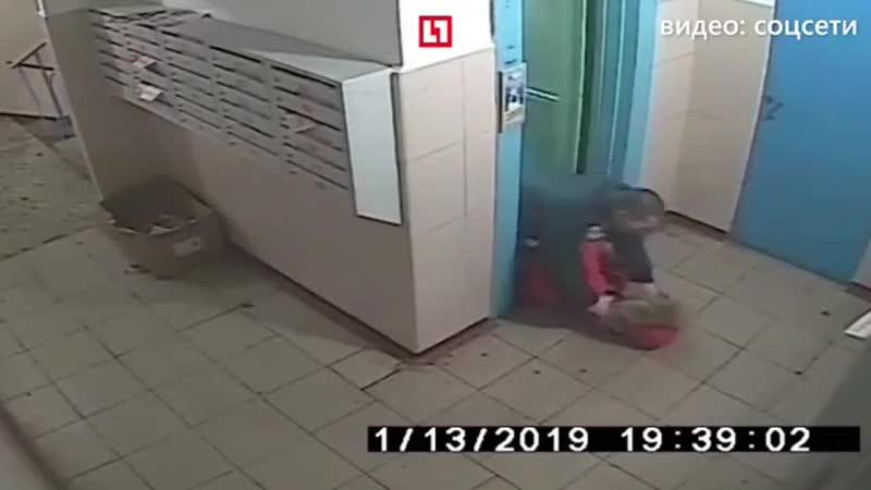 Девушке из Курска удалось отбиться от насильника, который зажал её в лифте.