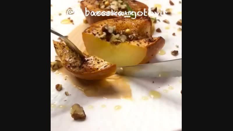 Запеченная айва с медом и орехами.